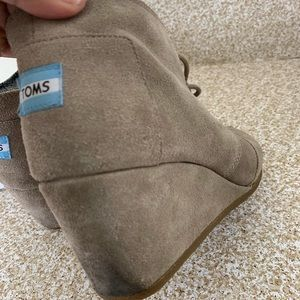 Toms Shoes - Toms : tan suede wedge boots